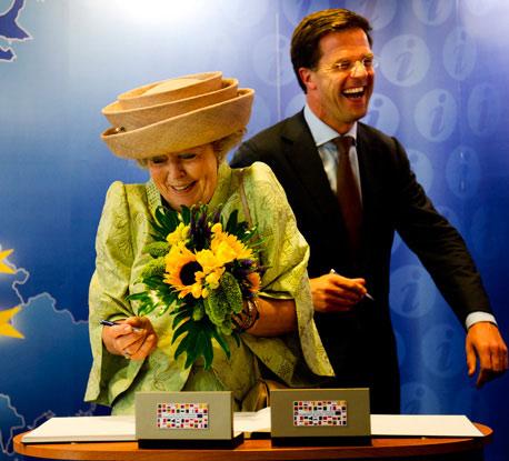 Koninging Beatrix en premier Rutte bij de opening van het Huis van Europa