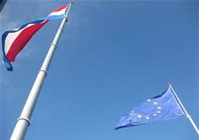Nederlandse en Europese vlag op gebouw Tweede kamer