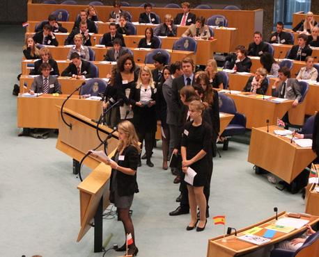 Jonge Europarlementariërs in de rij voor de interruptiemicrofoon