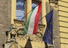 Hongaars regeringsgebouw met Hongaarse en Europese vlag