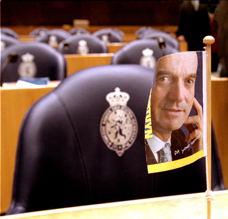 Vlaggetje met Pim Fortuyn op zetel in Tweede Kamer