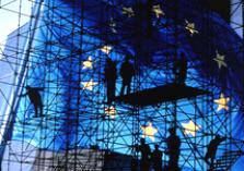 Doorzichtige Europese vlag met op achtergrond mensen op een steiger