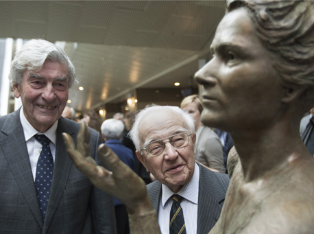 Borstbeeld Marga Klompé met oud-premiers De Jong en Lubbers