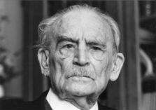 Zwart-wit foto van een ruim honderd-jarige Willem Drees