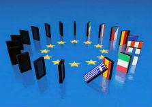 Blauwe achtergrond met in cirkel opgestelde omvallende domineestenen in de kleuren van de vlaggen van de lidstaten