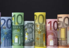 Euro-bankbiljetten van verschillende coupures verticaal opgerold naast elkaar