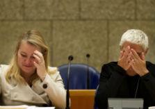 Minister Schultz en staatssecreatris Mansveld in vak K van de Tweede Kamer