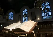 Opengeslagen bijbel in kerk