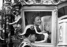 Koningin Juliana in gouden koets
