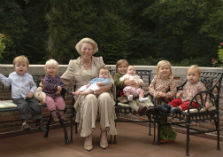 Koningin Beatrix met zeven kleinkinderen