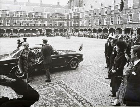 Koningin Juliana stapt uit auto om troonrede voor te lezen