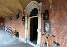 Deur Eerste Kamer met fietsen tegen de gevel