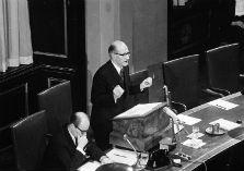 Zwart-witfoto van minister Schut in de Eerste Kamer op 23 december 1968