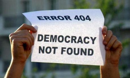 Twee handen met papier 'error 404 democracy not found'