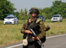 Gewapende soldaat op weg in Oost-Oekraïne