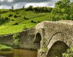 Stenen brug in Engels landschap