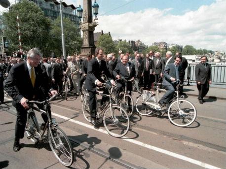 Fietsende Europese regeringsleiders op de 'Hoge Suis' in Amsterdam tijdens de Top in 1997'
