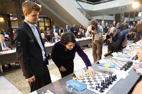Eerste schaakzet door Kamervoorzitter Arib Kamer schaaktoernooi