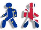 Een Brits en een Europees poppetje met de ruggen tegen elkaar weglopend
