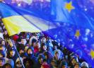 Demonstrerende Oekraïners met Oekraïense en Europese vlag)